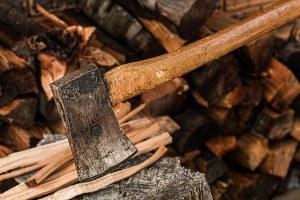 Holz zerkleinern vor dem Häcksler